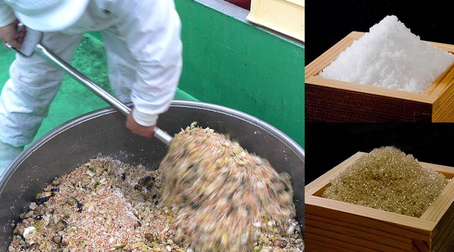 金山寺味噌の材料をまぜているところ