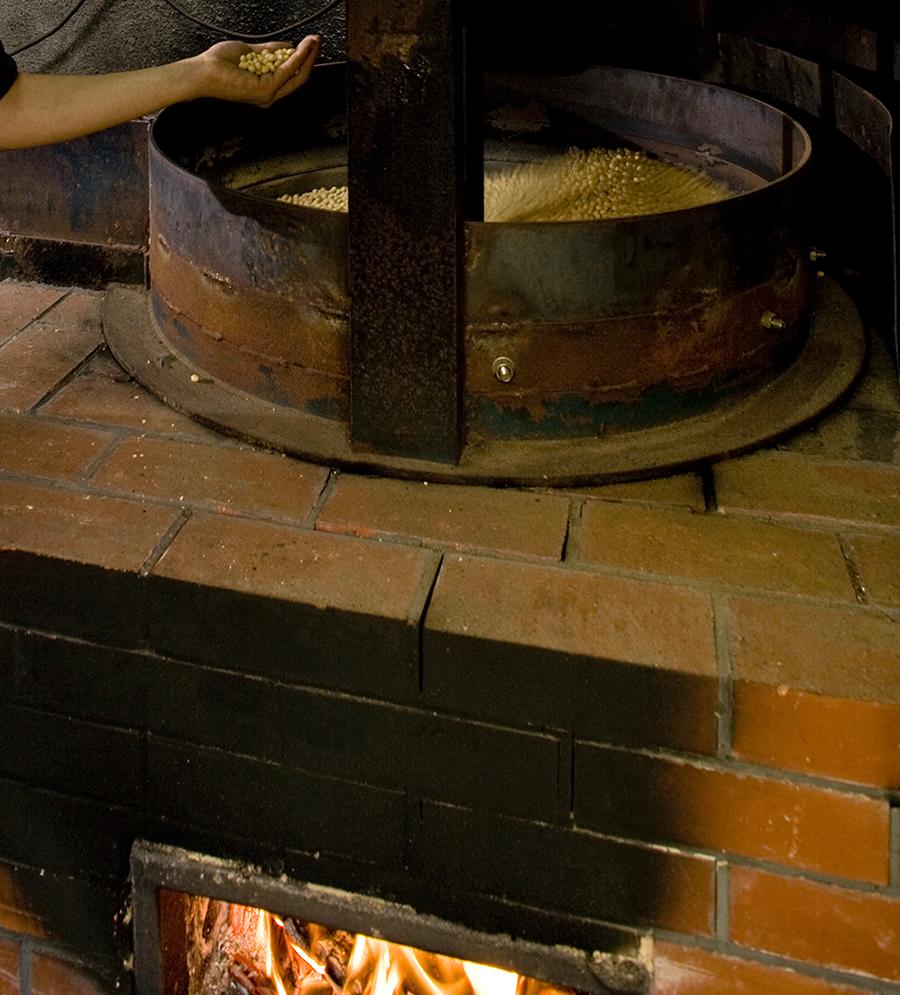 大豆を炒っているところ